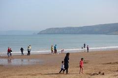 社论:斯卡巴勒海滩,约克夏,英国:星期天第8 :斯卡巴勒节日从清楚的蓝天和Hea开始 图库摄影