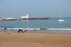 社论:斯卡巴勒海滩,约克夏,英国:星期天第8 :斯卡巴勒节日从清楚的蓝天和Hea开始 库存照片