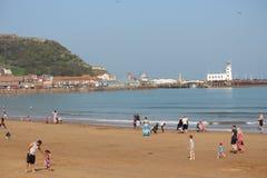社论:斯卡巴勒海滩,约克夏,英国:星期天第8 :斯卡巴勒节日从清楚的蓝天和Hea开始 库存图片