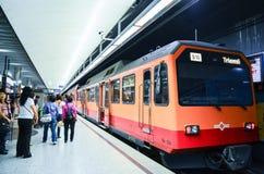 社论:瑞士, 2012年7月14日 人等待的火车在 图库摄影