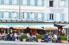 社论:瑞士, 2012年7月14日 Creperie的D'ou游人 库存图片
