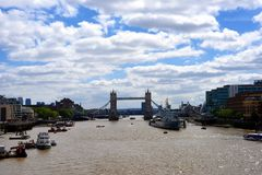 社论:2015年6月21日,伦敦,英国,有蓝色和享用壮观的历史的桥梁的多云天空和游人的塔桥梁 免版税库存照片