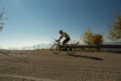 社论:IOANNINNA,希腊, 2017年11月5日, LIGIADES自行车赛,约阿尼纳市在早晨uphil的自行车种族 免版税库存图片