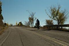 社论:IOANNINNA,希腊, 2017年11月5日, LIGIADES自行车赛,约阿尼纳市在早晨uphil的自行车种族 库存照片