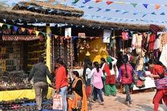 社论:Surajkund,哈里亚纳邦,印度:检查的人们在第30个国际性组织工艺狂欢节购物 免版税库存图片