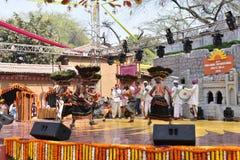 社论:Surajkund,哈里亚纳邦,印度:从公平地执行舞蹈的泰伦加纳的地方艺术家在第30种国际工艺 库存照片
