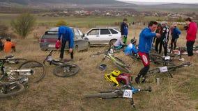 社论 有他们的自行车的专业骑自行车的人 影视素材
