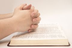 祈祷与圣经的妇女 免版税图库摄影