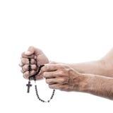 祈祷与念珠的男性手 免版税库存照片