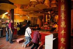 祈祷中国的香客, Ma寺庙,澳门。 免版税库存照片