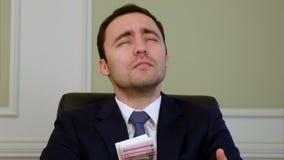 祈祷为许多的成功的商人在办公室 影视素材