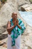 祈祷为他的祖先的香客在巴德里纳特普里,北部印度 图库摄影