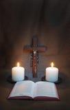 祈祷书、念珠、耶稣受难象和两个蜡烛 免版税库存照片