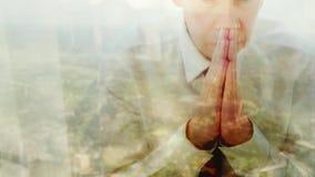 祈祷反对窗口的一个白种人商人的反射 影视素材