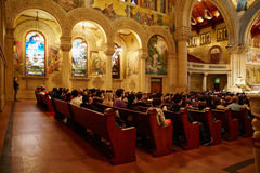 祈祷和听在纪念大教堂里的人们在斯坦福大学 库存照片