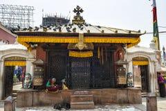 祈祷和思考在著名吸引力佛教寺庙Boudhanath Stupa,加德满都,尼泊尔附近的未认出的尼泊尔妇女 库存图片