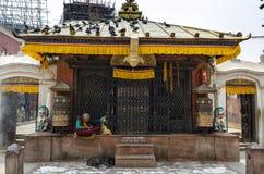 祈祷和思考在著名吸引力佛教寺庙Boudhanath Stupa,加德满都,尼泊尔附近的未认出的尼泊尔妇女 免版税图库摄影