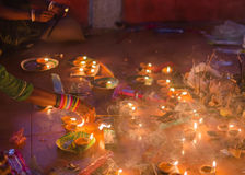 祈祷和点燃在寺庙的印度献身者香火棍子 免版税库存图片