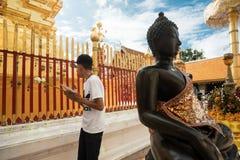 祈祷和致以尊敬在土井素贴寺庙 免版税库存图片