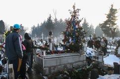 祈祷在一个坟墓在公墓 图库摄影