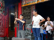 祈祷在一个寺庙在台湾 库存照片