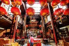 祈祷在中国寺庙的献身者 免版税库存图片