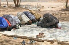 祈祷在会众的穆斯林外面,伊斯兰教的祷告 免版税库存照片