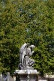 祈祷在公墓的天使老石雕象 库存照片