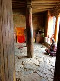 祈祷在其中一个的妇女寺庙中在Thiksay修道院在Leh拉达克地区在克什米尔印度 库存照片