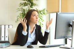 祈祷在办公室的担心的女实业家 免版税库存图片