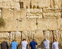 祈祷在古庙耶路撒冷以色列西部`哀鸣的`墙壁  库存图片
