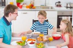 祈祷在吃的好家庭早餐前 免版税库存图片