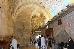 祈祷在哭墙,耶路撒冷犹太教堂的犹太人  免版税图库摄影