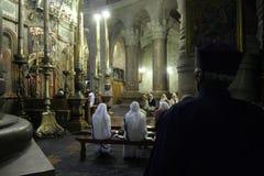 祈祷在圣墓教堂的尼姑在耶路撒冷 库存照片