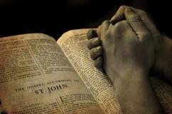 祈祷在圣经的现有量 免版税库存图片