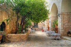 祈祷在圣洁十字架修道院里的妇女在耶路撒冷,以色列附近 库存照片