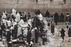 祈祷在墙壁的那些哭泣在耶路撒冷 一孤零零orthod 库存照片