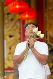 祈祷在寺庙的亚裔人 库存照片
