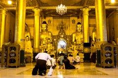 祈祷在寺庙的人们 免版税库存照片