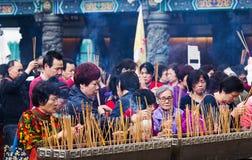 祈祷在寺庙的人们 库存图片