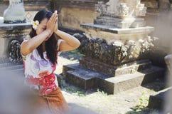 祈祷在寺庙里面的印度妇女 免版税库存图片
