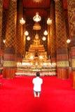 祈祷在寺庙 库存图片