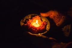 祈祷在小船在甘加河瓦腊纳西 图库摄影