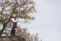 祈祷在岩石的妇女 免版税图库摄影