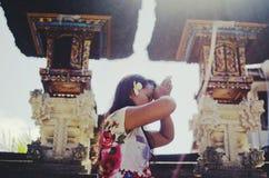 祈祷在巴厘语寺庙里面的印度妇女 免版税图库摄影