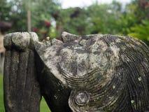祈祷在庭院里的妇女的雕象,巴厘岛,印度尼西亚 库存图片