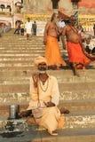 祈祷在恒河的一个人 免版税库存图片