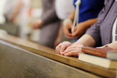 祈祷在教会里的资深妇女 免版税库存图片