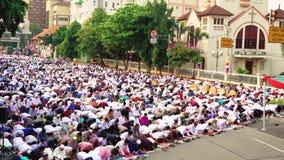 祈祷在教会附近的印度尼西亚回教人民 股票视频