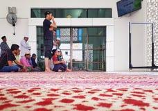 祈祷在新的Seksyen 7清真寺里面的在星期五,穆斯林 免版税图库摄影